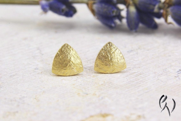 Vergoldete Ohrstecker Silber 925/-, Minidreieck papierstrukturiert