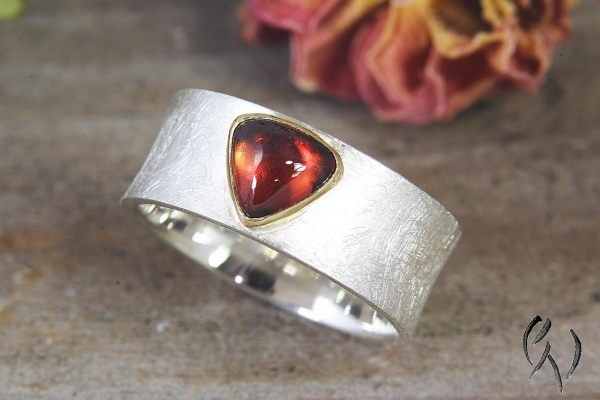 Ring Raeka, Silber 925/-  mit dreieckigem Granat-Cabouchon